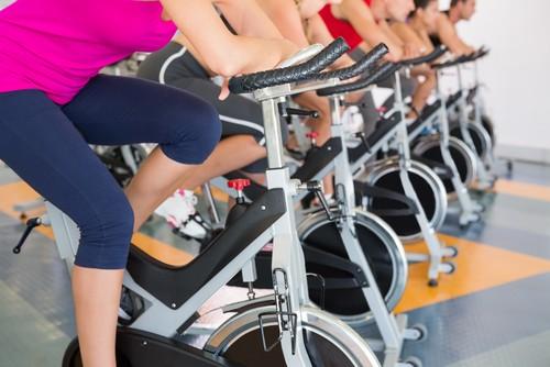 O banco da bicicleta de spinning deve ser ajustado de acordo com a altura de cada aluno. Foto: Shutterstock