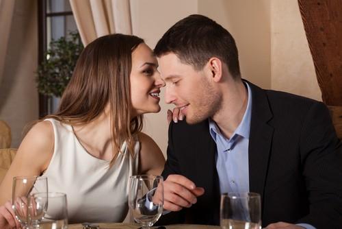 No encontro, sussurrar frases provocantes no ouvido do parceiro é uma forma de excitá-lo. Foto: Shutterstock