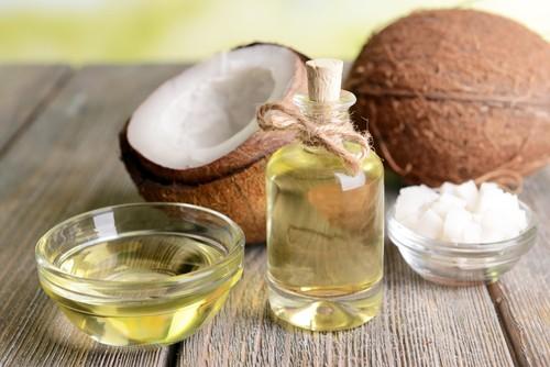 O óleo de coco é rico em ácidos graxos e é recomendado para usar nas pontas do cabelo. Foto: Shutterstock