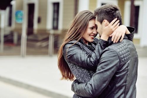 As carícias e o interesse na hora do beijo ajudam a estimular sexualmente o homem. Foto: Shutterstock