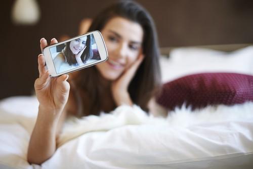 Selfies inesperadas e despretensiosas ajudam a deixar o parceiro curioso e estimulado. Foto: Shutterstock