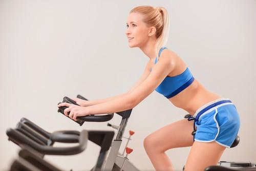 A escolha da roupa adequada é essencial para evitar lesões na prática de spinning. Foto: Shutterstock