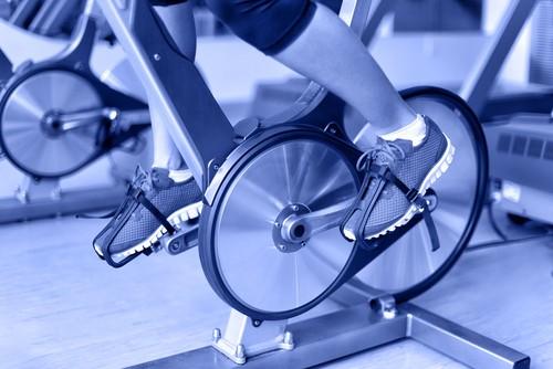 O uso do sapato adequado para o spinning promove estabilidade na força das pernas. Foto: Shutterstock