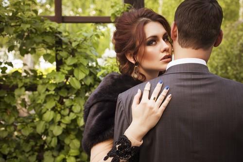 Errar o local do beijo na hora de cumprimentar o homem pode deixar claro o seu interesse. Foto: Shutterstock