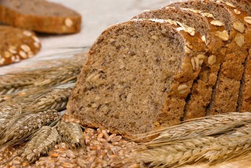 O consumo de pão integral ajuda a evitar o acúmulo de gordura na região abdominal. Foto: Shutterstock