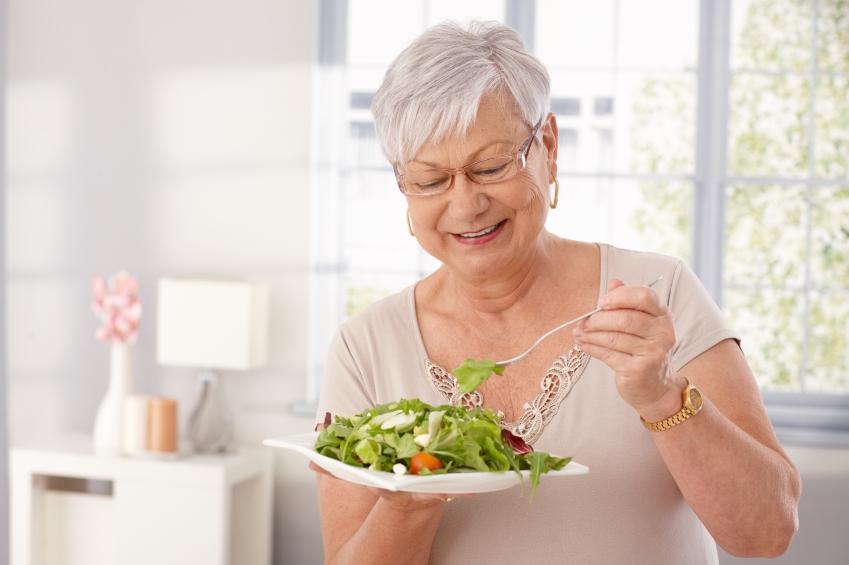 vida longa istock getty images doutíssima idosa com salada