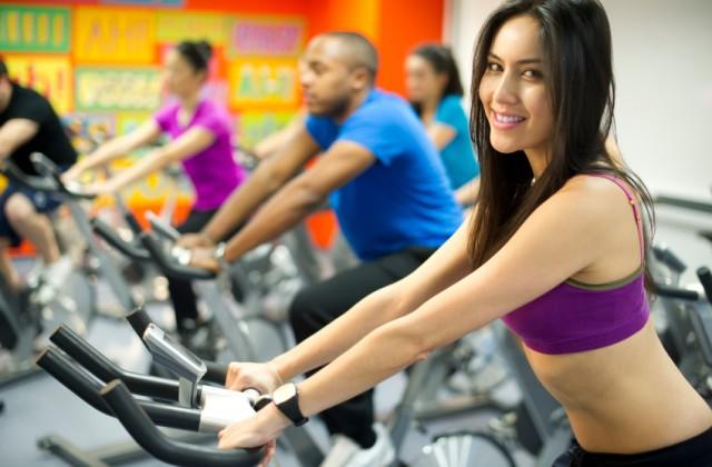 Aulas de bike melhoram o tônus muscular nas pernas e glúteos e possibilitam alto gasto calórico. Foto: iStock, Getty Images