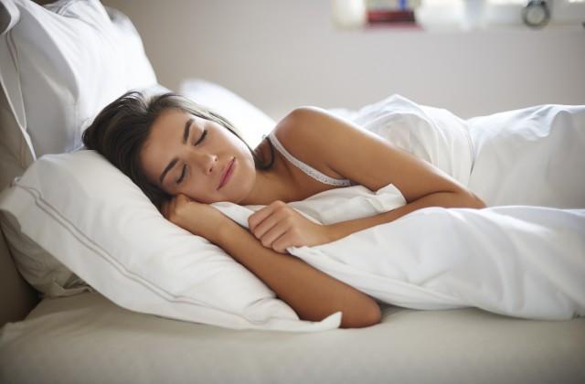 Ingerir chás com ervas como camomila ou tomar um banho são hábitos que ajudam a dormir. Foto: iStock, Getty Images