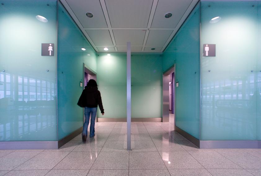 mulher em um banheiro público