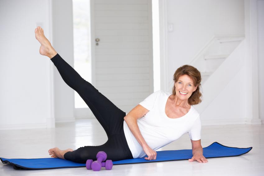 mulher exercitando os flancos