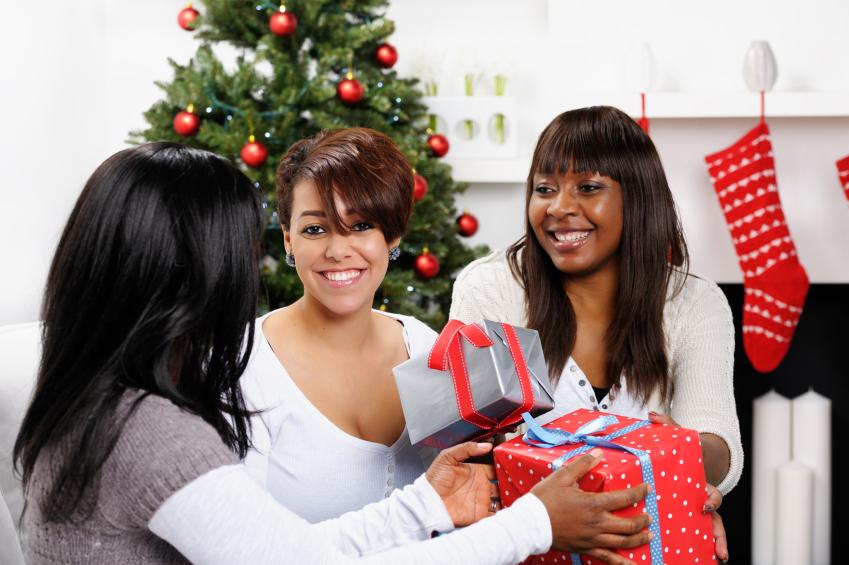amigas realizando a troca de presentes