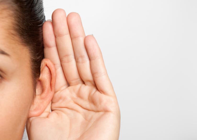 O implante coclear é uma alternativa para quem não teve bons resultados com os aparelhos auditivos convencionais. Foto: iStock, Getty Images