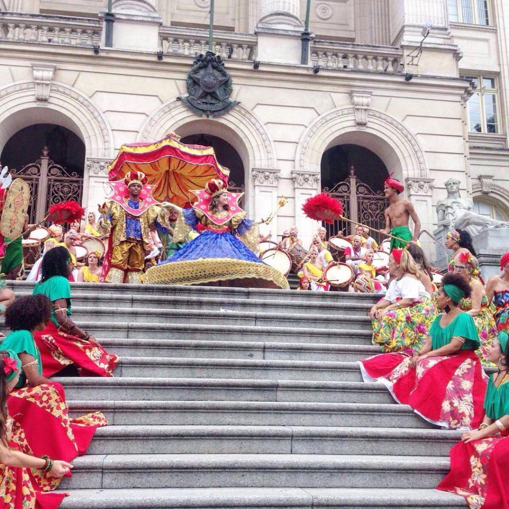 Pessoas dançando o ritmo do maracatu