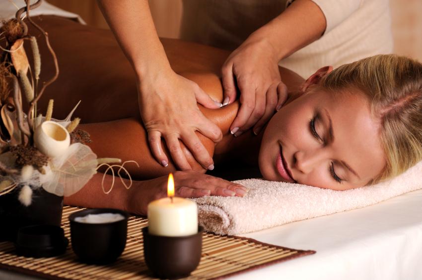 Mulher aproveitando uma sessão de massagem para ficar relax.