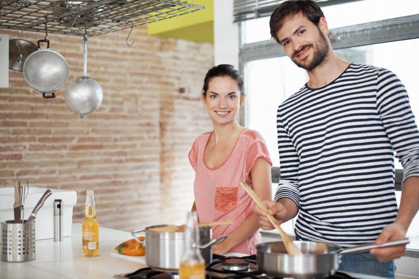 Requentar a comida é uma opção para esse casal para evitar desperdício de alimentos.