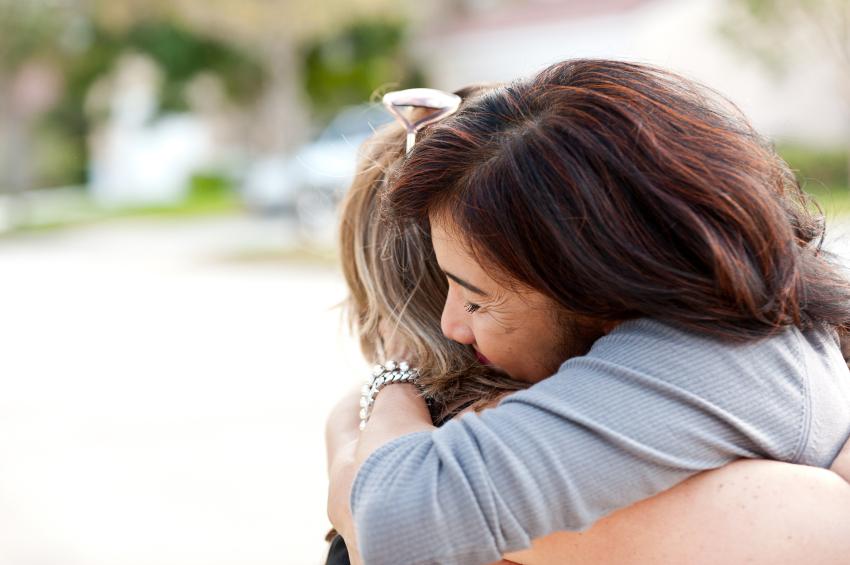 Amigos para sempre se abraçando.