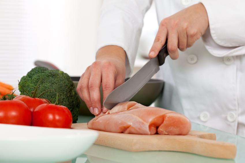 Pessoa aprendendo a como cortar um frango.