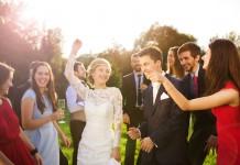 Noivos aproveitando a festa de arromba do casamento.