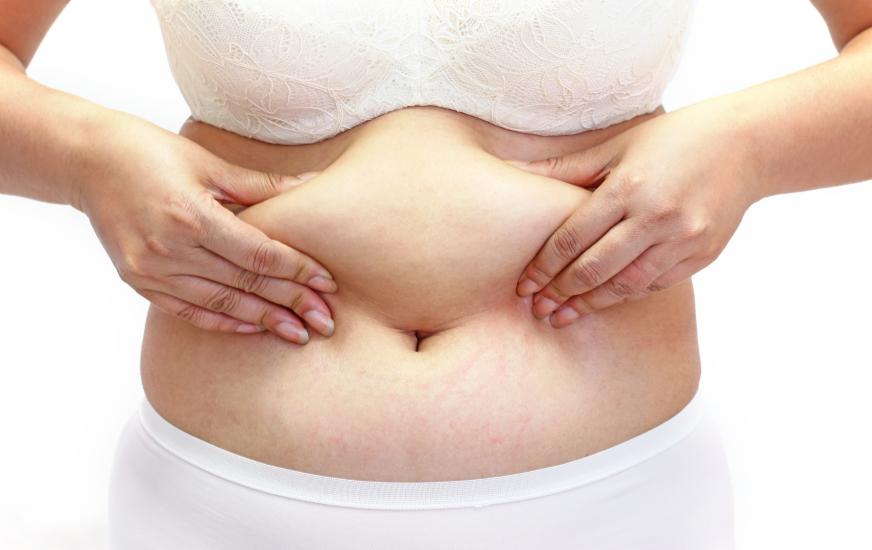 Mulher incomodada com a flacidez abdominal.