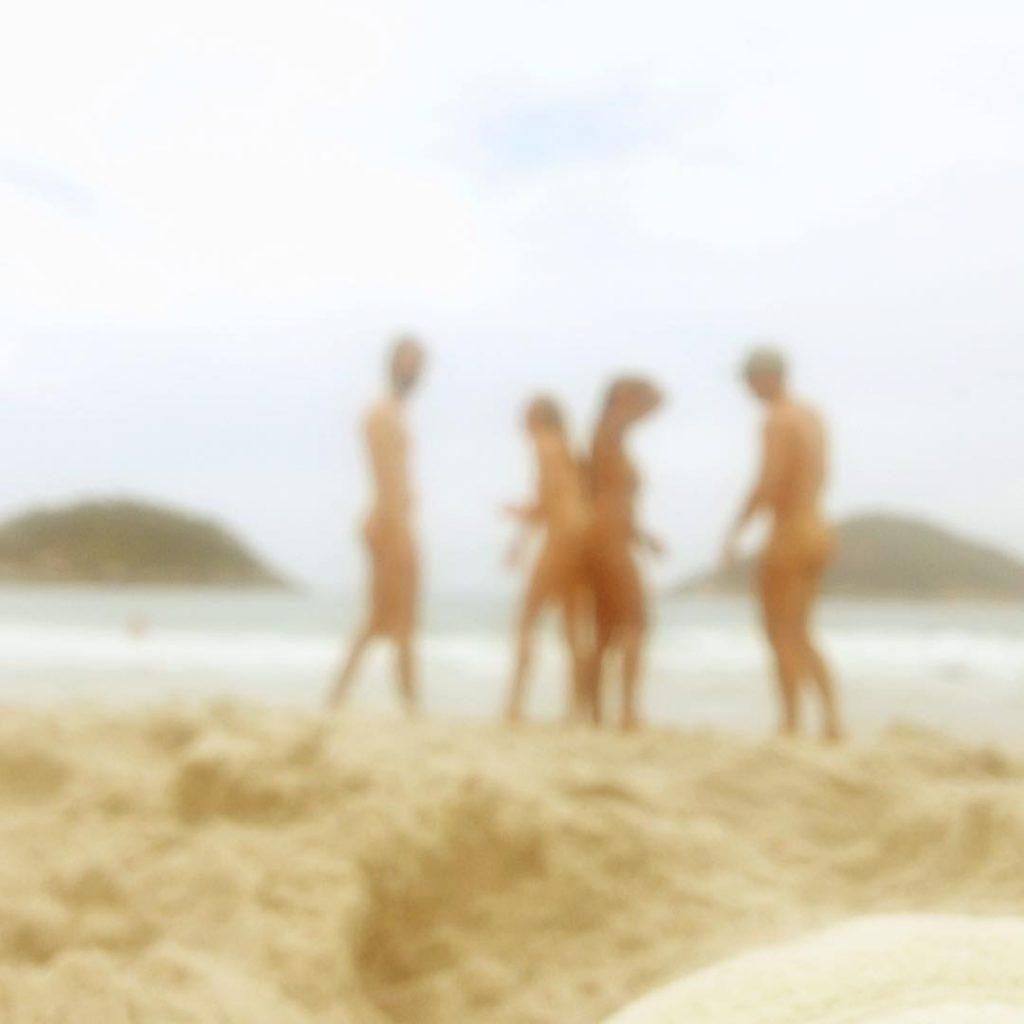 Pessoa na praia que irá ocorrer os Jogos Olímpicos Naturistas