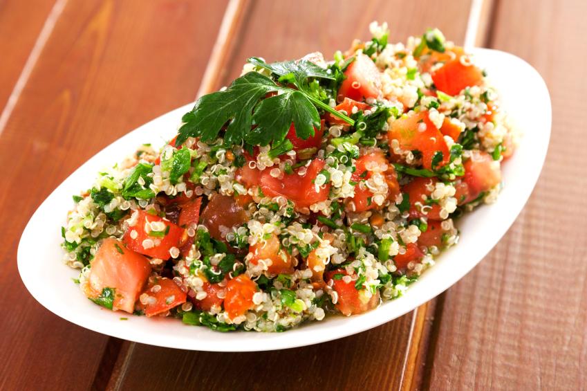 Prato de tabule de quinoa.