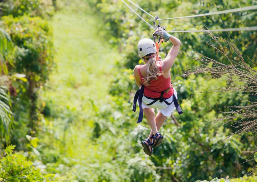 A tirolesa oferece aventura e contato com a natureza