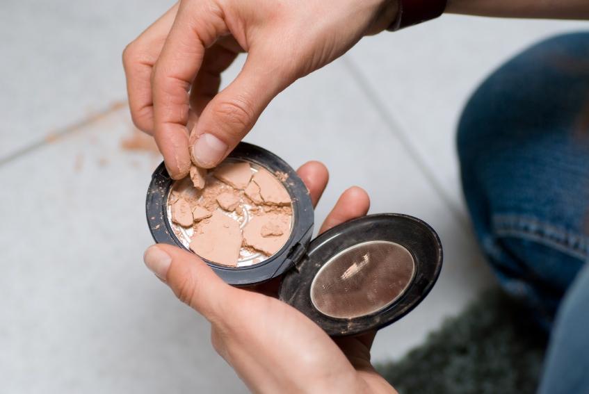 maquiagem quebrada em pedaços