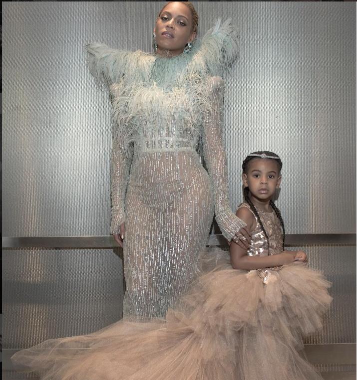 Beyoncé e seu visual poderoso, ao lado da filha Blue. (Foto: Instagram)