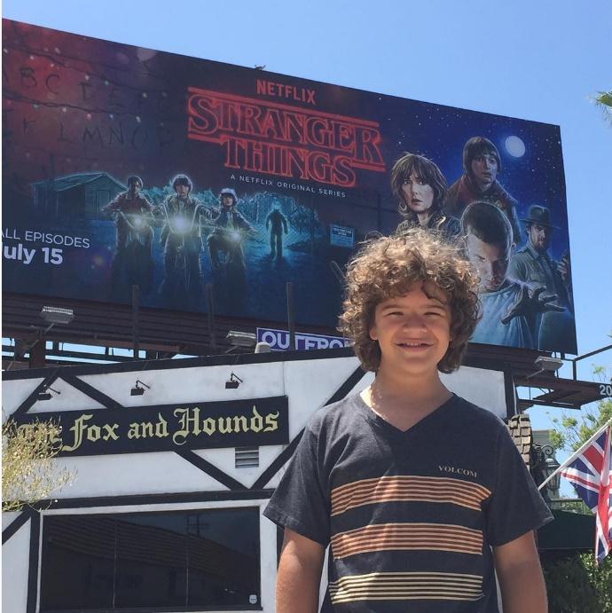 O ator de Stranger Things é portador da rara síndrome displasia cleidocraniana (Foto: Instagram)