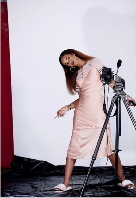 A cantora Rihanna é constantemente vista com looks estilo roupa de dormir, como o slip dress com t-shir. (Foto: Instagram)