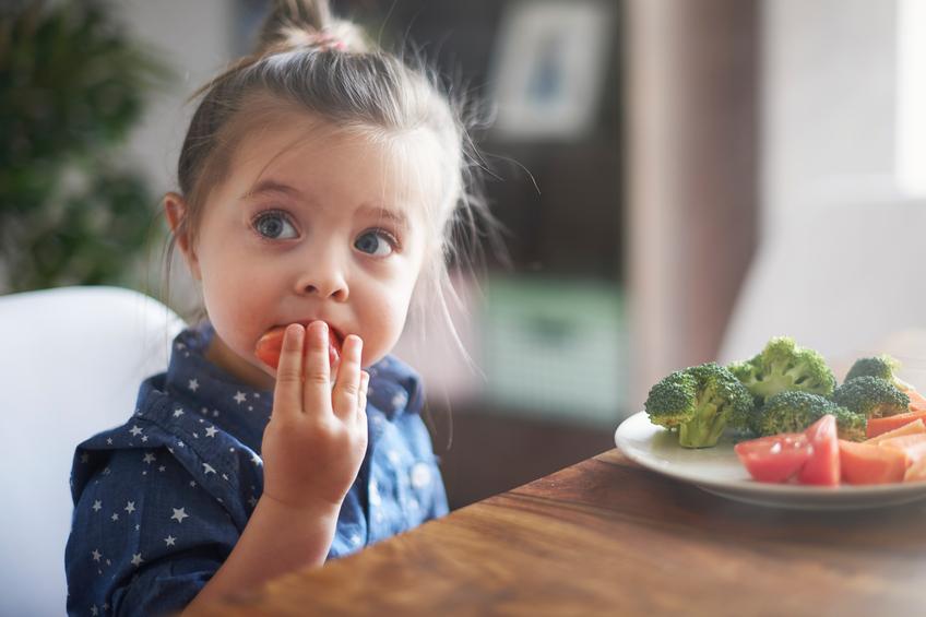 A alimentação infantil é um tema que merece cuidado especial dos pais. (Foto: Istock)
