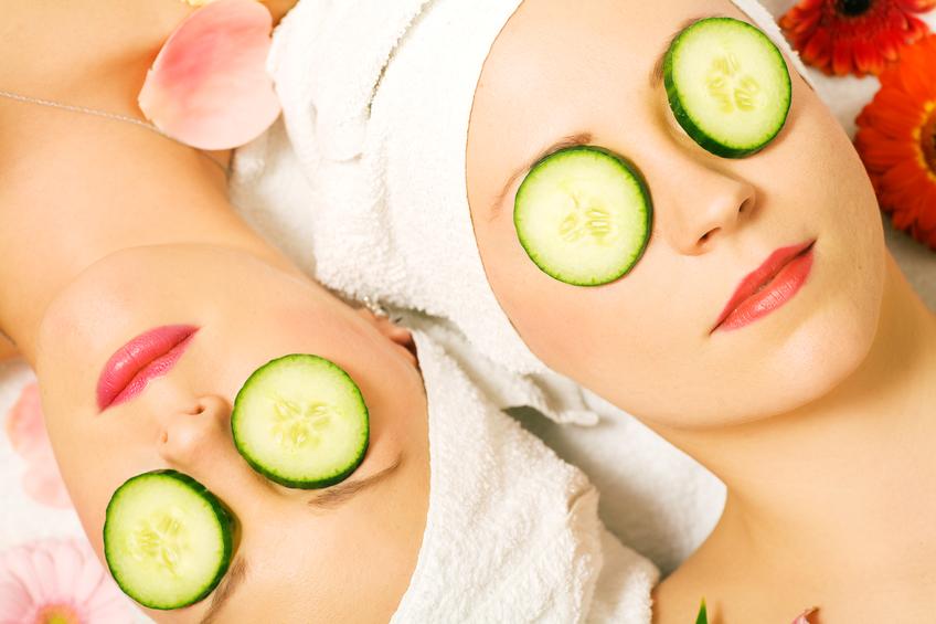 Conheça os benefícios do pepino e do sal rosa do Himalaia para a sua pele. (Foto: Istock)