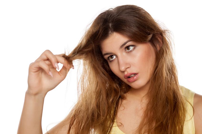 Saiba os fatores responsáveis por deixar os cabelos danificados (Foto: Istock)