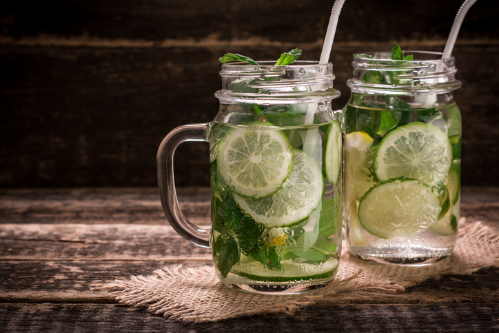 Saiba por quê beber água morna com limão faz bem para a sua saúde. (Foto: Istock)