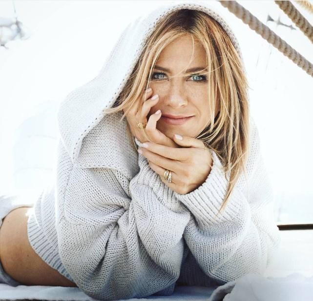 Jennifer Aniston sempre desabafa sobre cobrança que sente em não ter filhos. (Foto: Marie Claire)