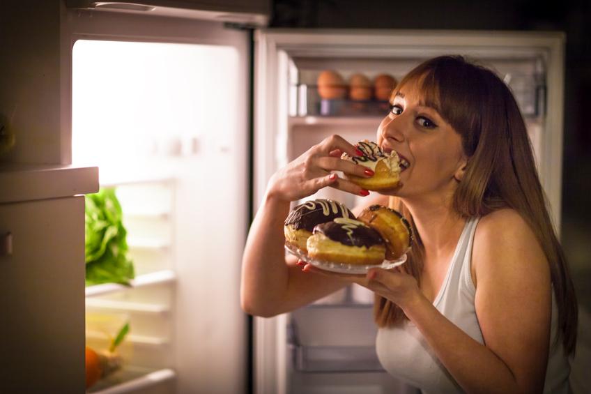 Dormir de madrugada pode colaborar para a má alimentação (Foto: Istock)