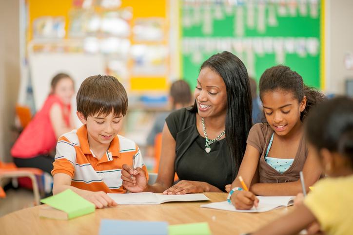 Saiba o que considerar ao escolher uma escola de educação infantil para o seu filho. (Foto: Istock)