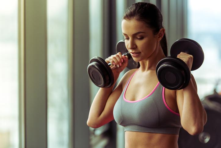 Entenda por que a massa muscular feminina é mais resistente. (Foto: Istock)