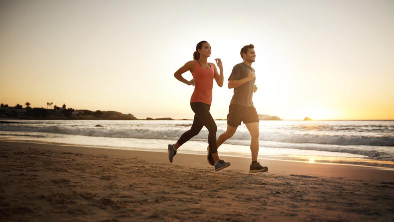 Saiba como fazer da praia a sua academia ao ar livre. (Foto: Istock)