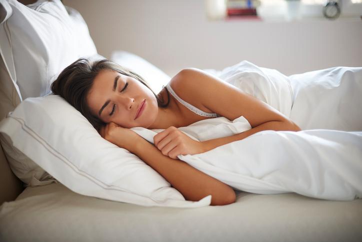 Entenda como dormir bem pode afetar a sua alimentação. (Foto: Istock)