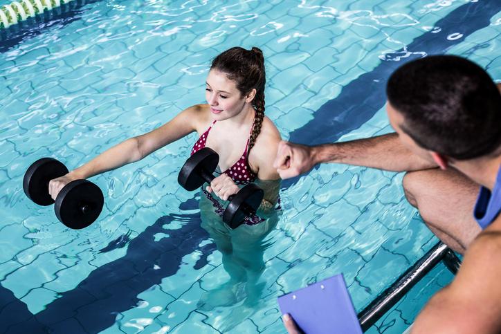 Confira algumas das principais tendências de exercícios físicos na piscina. (Foto: Istock)
