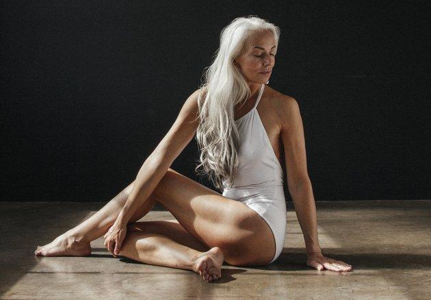 A modelo de 61 anos é estrela da campanha da marca land of Women (Foto: DivulgaçãoThe Dreslyn/Land of Women0