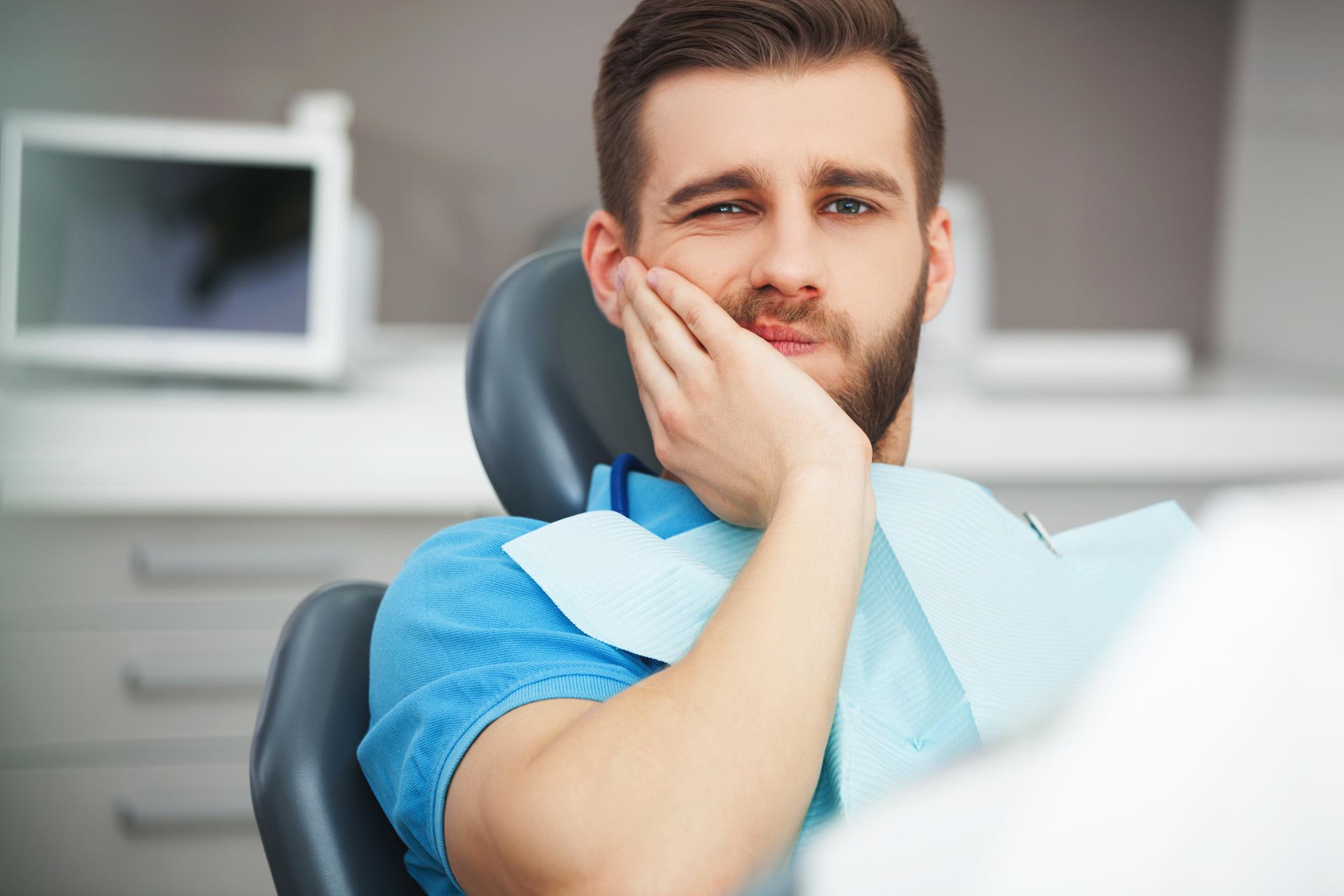 Homem sentindo dor de dente