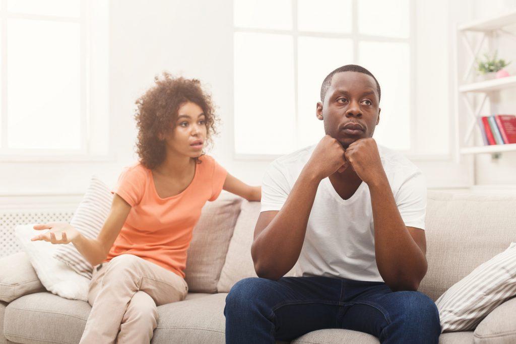 Casal jovem discute relacionamento